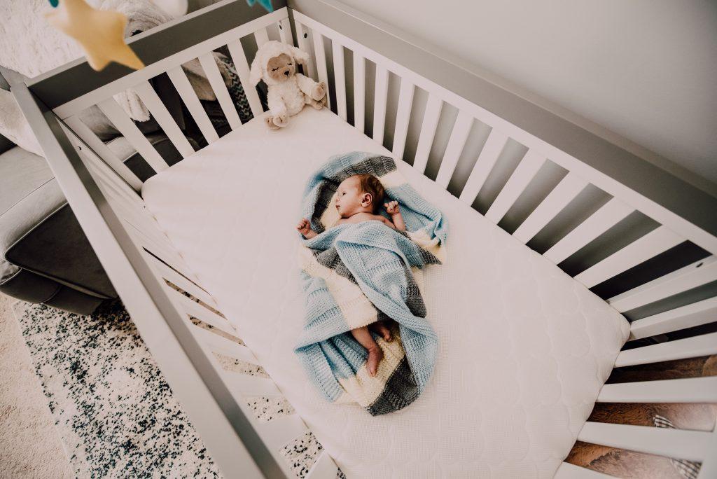 תינוק במיטה שלו