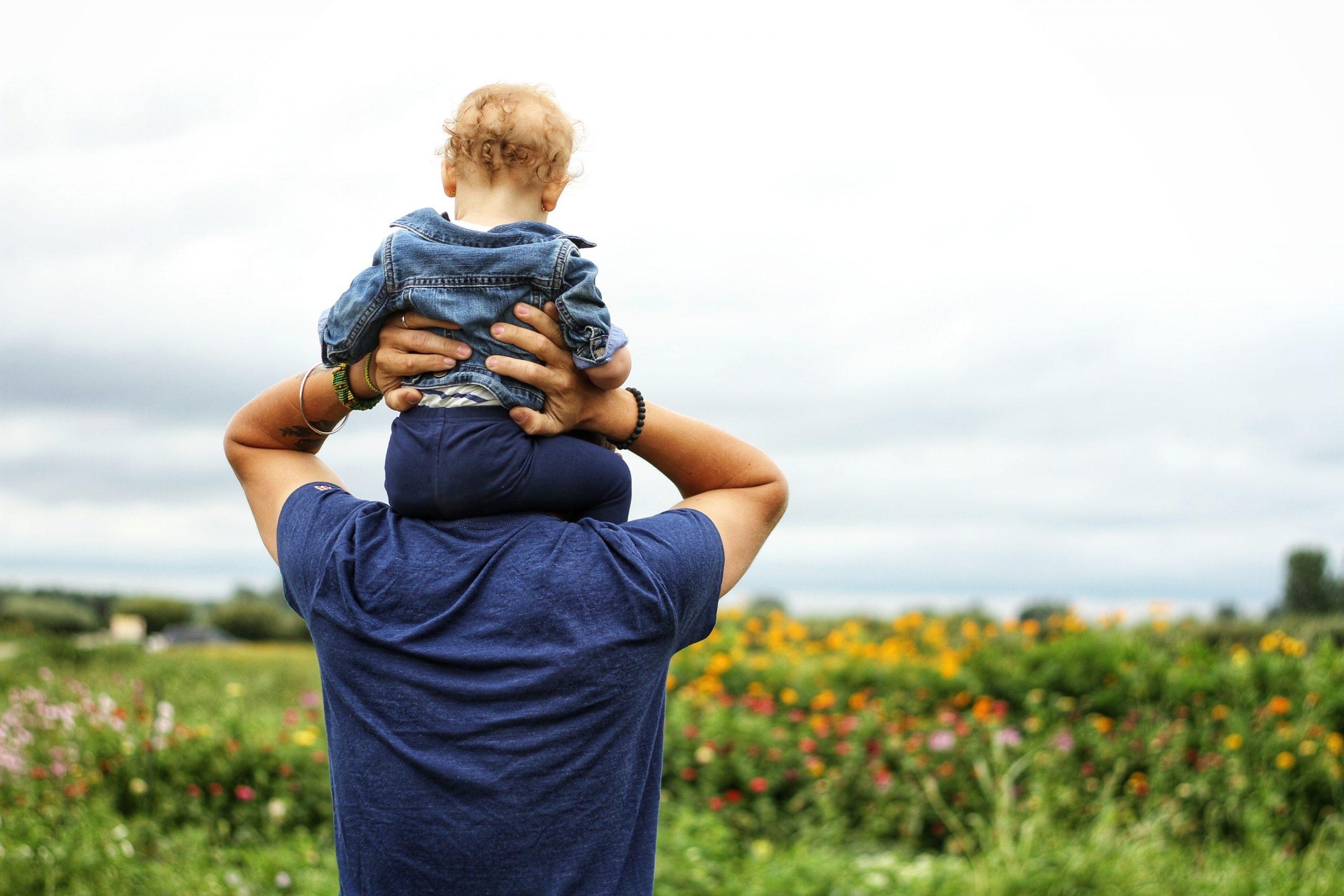 תינוק על אבא